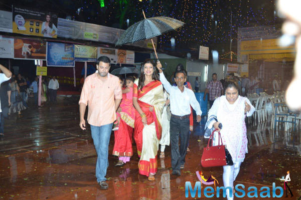 Sushmita Sen Visits North Bombay Sarbojanin Durga Puja Pandal For Seeks Blessing