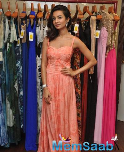 Ira Dubey Hot Sizzling Look In Gown At Soniya VEMB Preview 2014