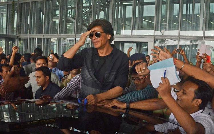 Shah Rukh Khan Arounded With Fans During The Promotion Of HNY In Kolkata