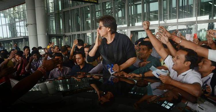 Shah Rukh Khan Flying Kisses To The Fans During The Promotion Of HNY In Kolkata
