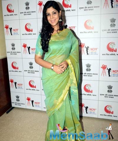 Shakshi Tanwar In Apple Green Saree Smiling Pose At The National Children Film Festival 2014