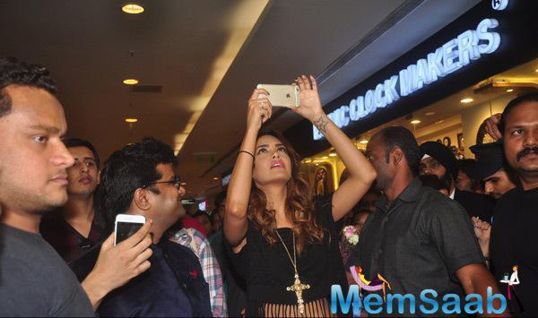 Esha Gupta Took A Selfie At The Splash Store