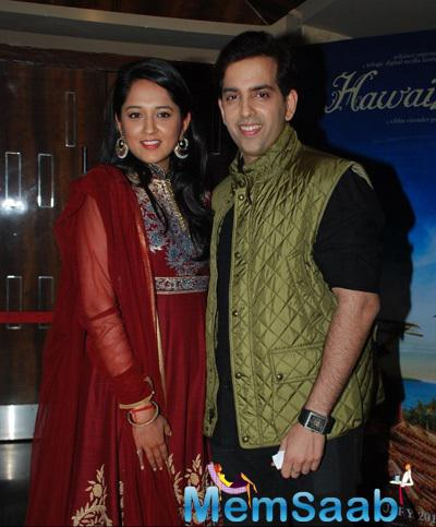 Newly Wed Kush Sinha Posed With Wife During Hawaizaada Movie Special Screening