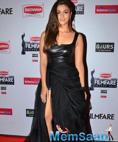 Alia Bhatt In Black Dress Cool Look At 60th Britannia Filmfare Awards 2015