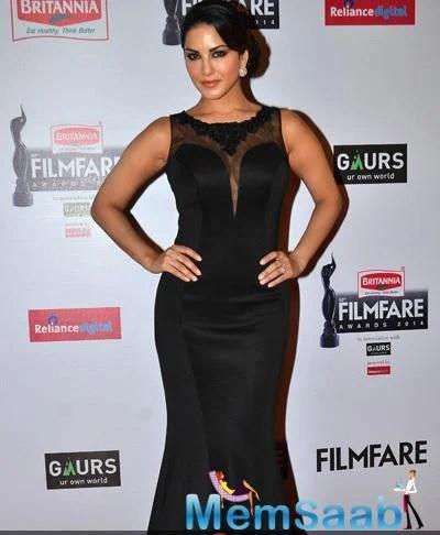 Sunny Leone In Mayyur Girotra Sexy Look At 60th Britannia Filmfare Awards 2015