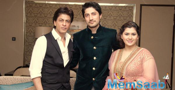Shah Rukh Khan Posed With Newly Wed Manali Jagtap And Vicky Shoor At Their Reception