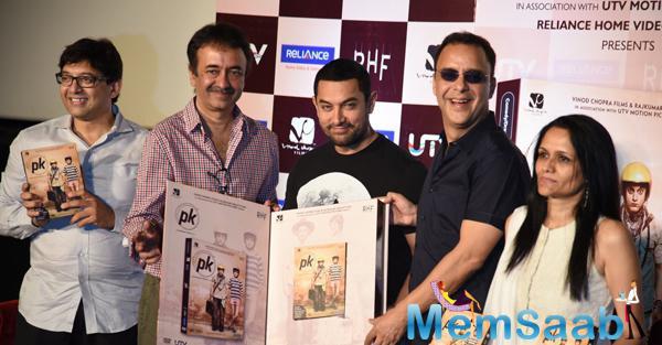 Aamir Launched The DVD Of PK Along With Rajkumar Hirani And Vidhu Vinod Chopra