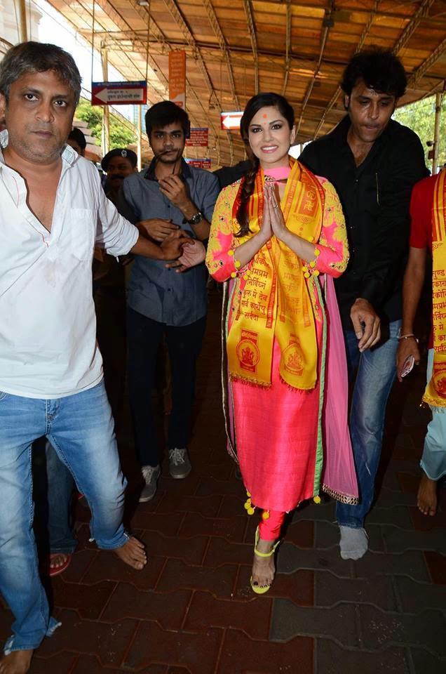 Sunny Leone Posed For Camera At Siddhivinayak Temple Mumbai