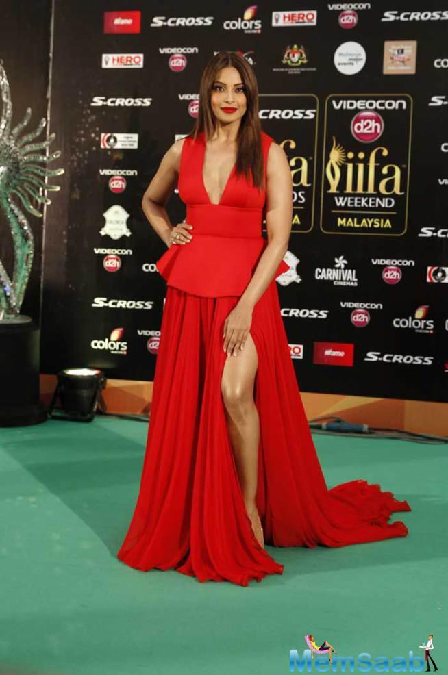Bipasha Basu Looked Red Hot In A Red Gauri And Nainika Gown At IIFA 2015