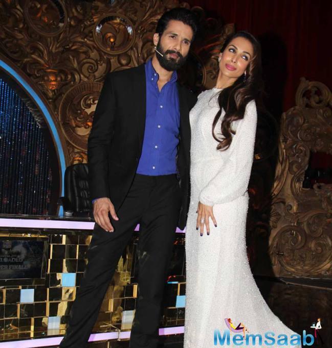 Shahid And Malaika Pose For Camera On Jhalak Dikhhla Jaa Super Finale
