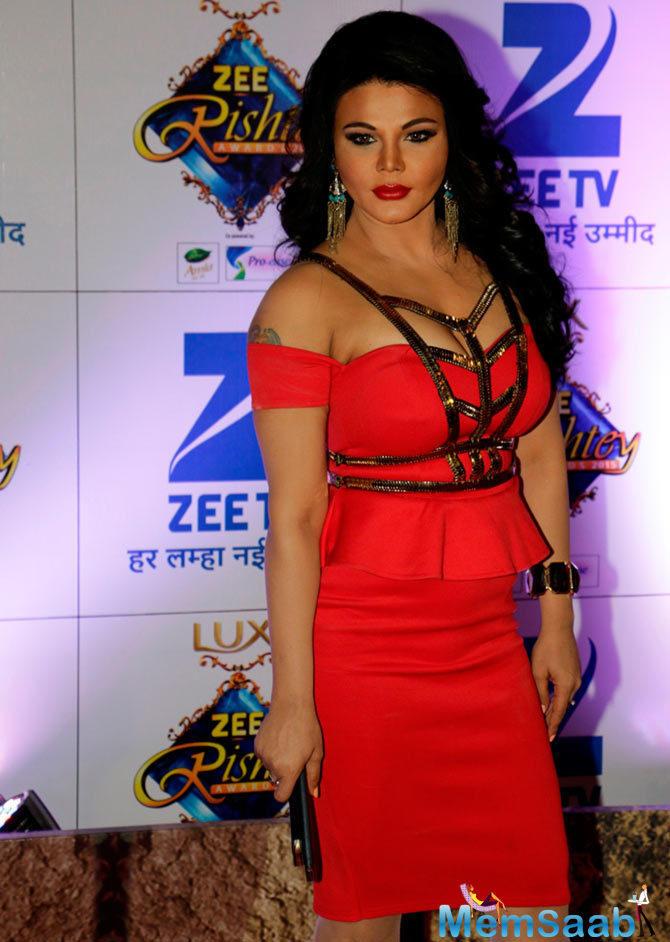 Hot Rakhi Sawant Makes An Appearance.At Zee Rishtey Awards 2015