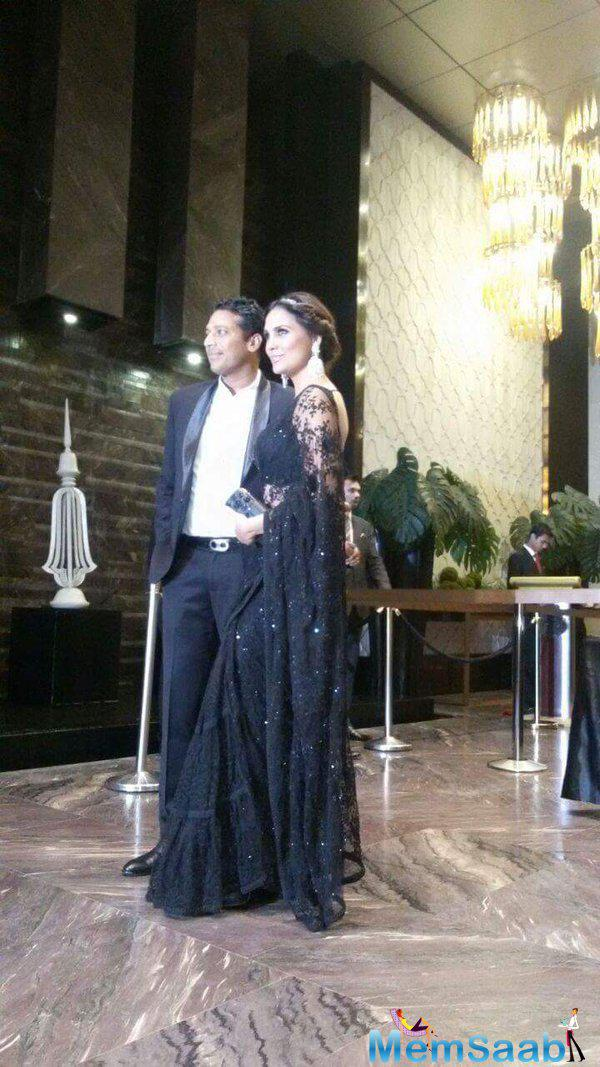Lara Dutta looked gorgeous in black as she posed with her husband Mahesh Bhupatti.