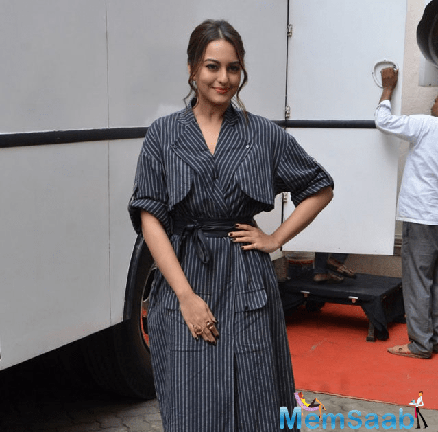 Sonakshi accentuated her look with a Loupe ring and a pair of black strappy heels for the interviews. Smiling brightly for the shutterbugs, Sonakshi gracefully posed for the cameras.
