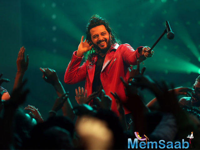 The film is about the banjo players from Maharashtra and how this art has been neglected despite numerous youngsters involved in it. It features Riteish Deshmukh and Nargis Fakhri in lead roles.