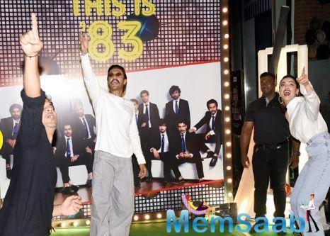 Ranveer Singh and Deepika Padukone seen playing imaginary cricket with Tahir Bashin and other stars.