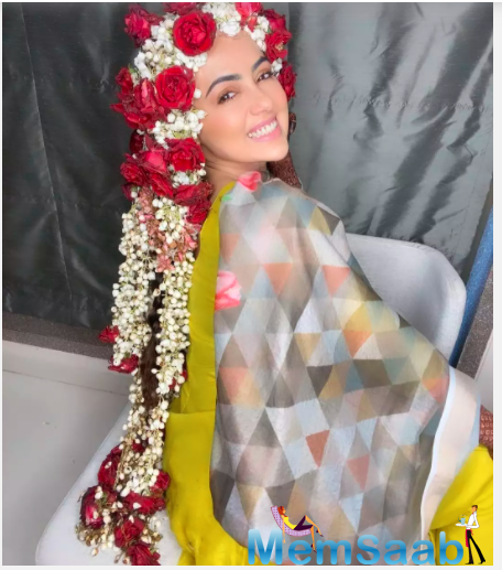 Dressed in a traditional neon dress and a grey dupatta, newbie bride Sana flashed her million dollar smile for these priceless photos.