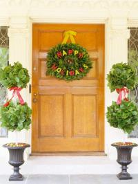 Christmas Door Decorating Ideas: Pretty Wreaths and More ...