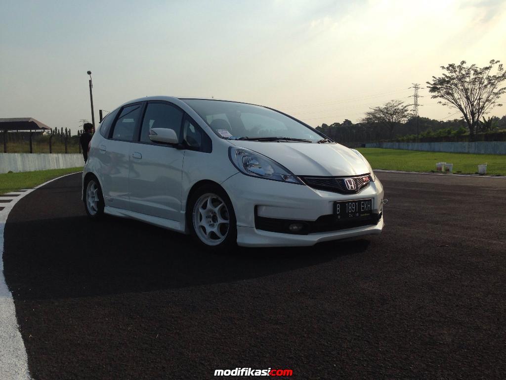 White Honda Jazz Ge8 JDM
