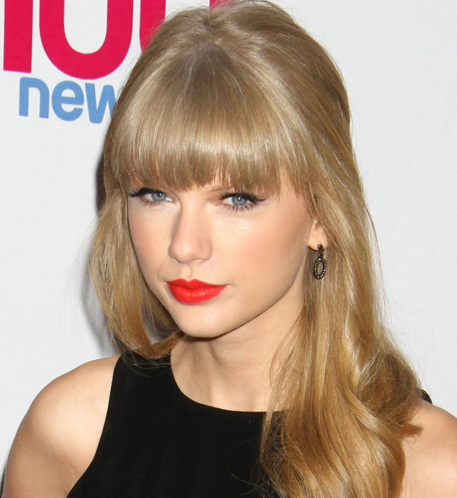 Get The Look Taylor Swifts Perfectly Precise Lips