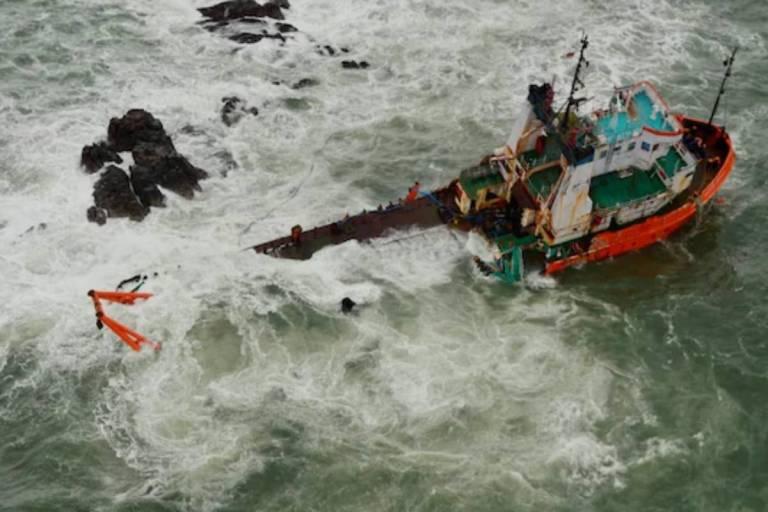 Cyclone Tauktae: खत्म हुआ नौसेना का ऑपरेशन Barge P305, 70 शव निकाले गए, 16 लापता