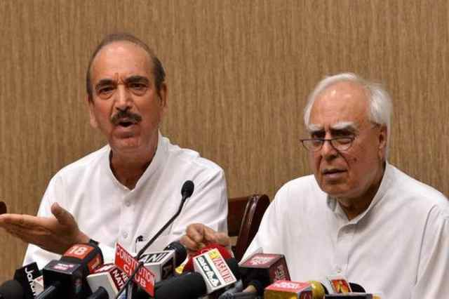 Kapil Sibal and Ghulam Nabi Azad are among 23 Congress leaders to call for a change in party leadership. (Photo: PTI)