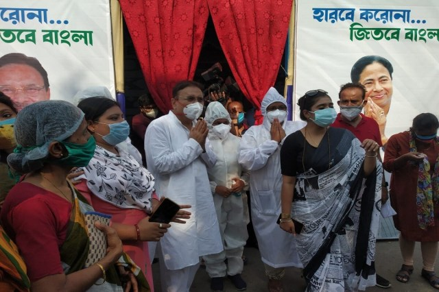 * Madan Mitra further said, the service will be available only if you call several mobile numbers.  Patients will listen to music while taking oxygen at the parlor in Kamarhati.  The relatives of the patient will be able to see through the CCTV camera all the time.  A patient's family can also talk to the patient through the latest technology.
