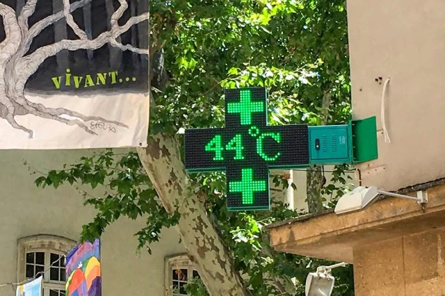 A picture taken on June 28, 2019 shows a pharmacy screen sign indicating the temperature of 44 degrees Celsius in Carpentras, south-eastern France