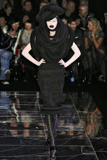 https://i0.wp.com/images.nymag.com/fashion/fashionshows/2009/fall/main/europe/womenrunway/alexandermcqueen/images/19.jpg
