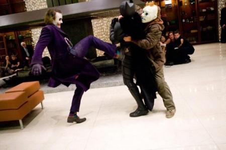 El guasón y sus discipulos contra Batman