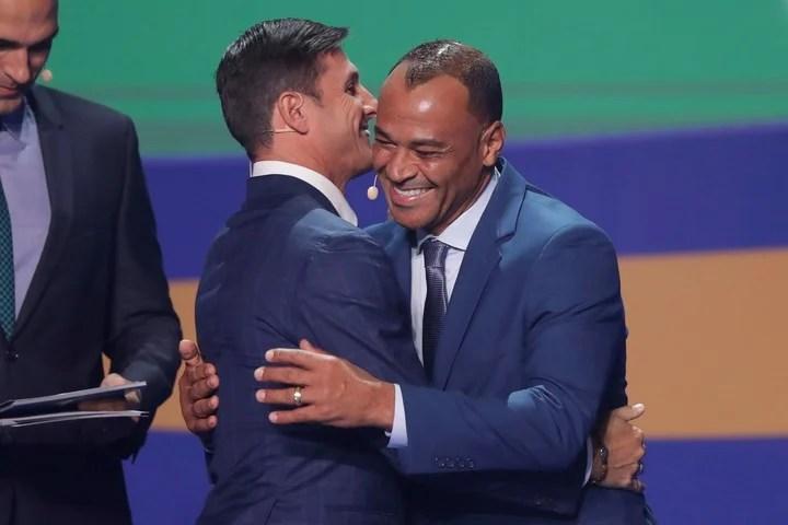 Zanetti se abraza con Cafú.
