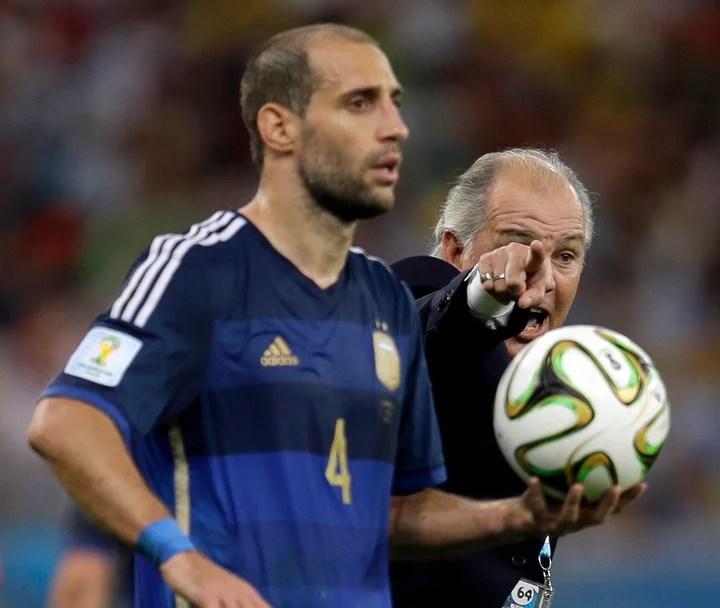 Zabaleta, in the World Cup final.  Sabella indicates background.  (AP)