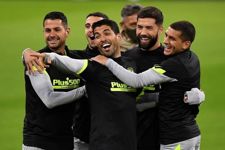 El Pistolero entre risas junto a sus compañeros. (EFE)