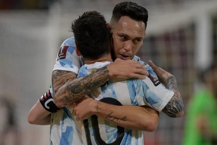 Ocampos abraza a Messi contra Chile. (AFP)
