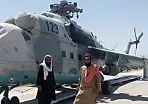 Des combattants talibans saisissent un hélicoptère : l'individu problématique dans la documentation