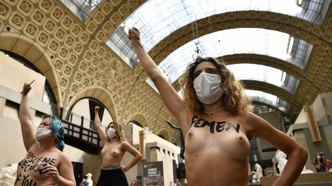 """La grupación feminista francesa Femen organizó una protesta dentro del Museo de Orsay bajo la consigna """"La obscenidad está en tus ojos""""."""