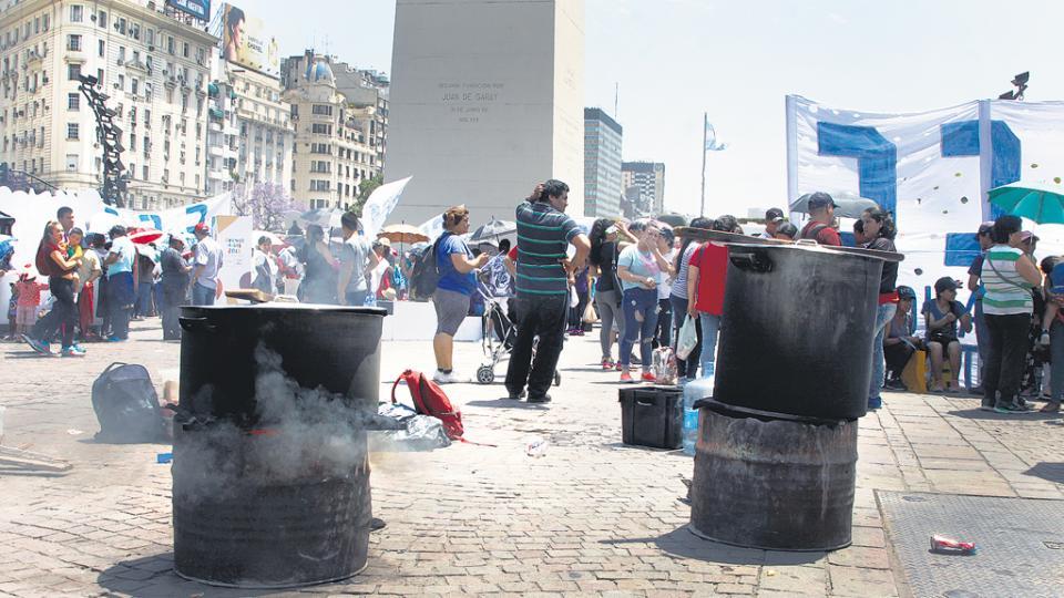 La actividad arrancó a las 7 en el Obelisco y a las 11 instalaron ollas populares en diversos puntos.