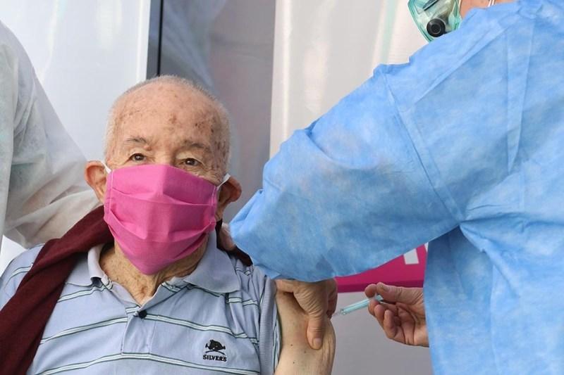 Desde hoy residentes en geriátricos y luego santafesinos de más de 80 años.