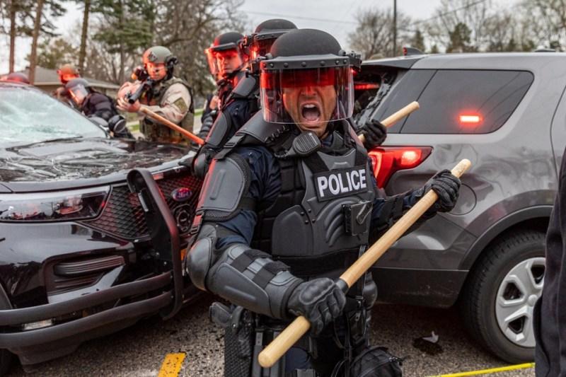 La policía reprimiendo las protestas antirracistas en Minnnesota.