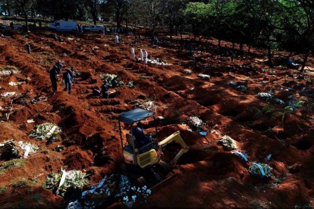 Vista aérea de entierros de víctimas del coronavirus en el cementerio de Vila Formosa, el más grande de América latina.