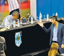 Claudio Tapia (sentado) dialoga con Marcelo Tinelli en la frustrada elección de 2015.