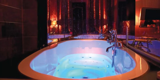 Whirlpool bath special deluxe room - The Toren Amsterdam - By the Pavilions