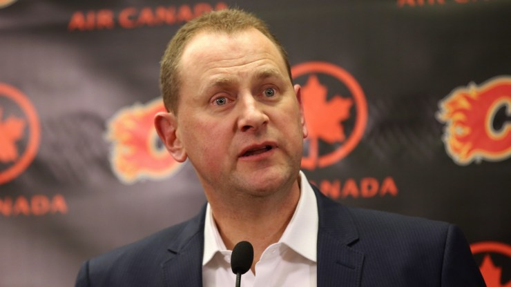 Renuncia el entrenador en jefe de Calgary, Bill Peters, en medio de acusaciones, Flames avanza 2