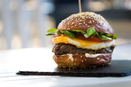 Hamburger Con Uova E Verdure