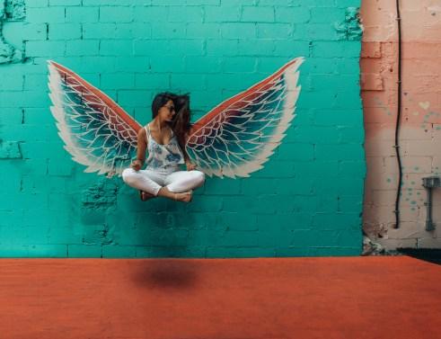 Vrouw die beeld naast het decor van de vleugels neemt