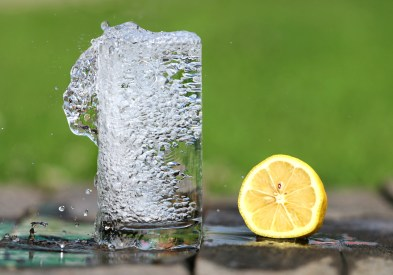 vaso de agua y limon