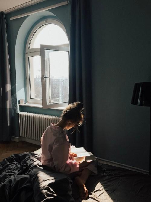 Mulher sentada enquanto lê um livro