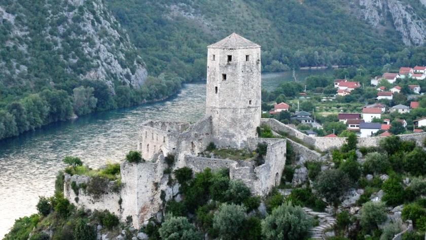 Nehir Ve Kasabanın Yanındaki Gri Taş Kule'nin Havadan Resmi