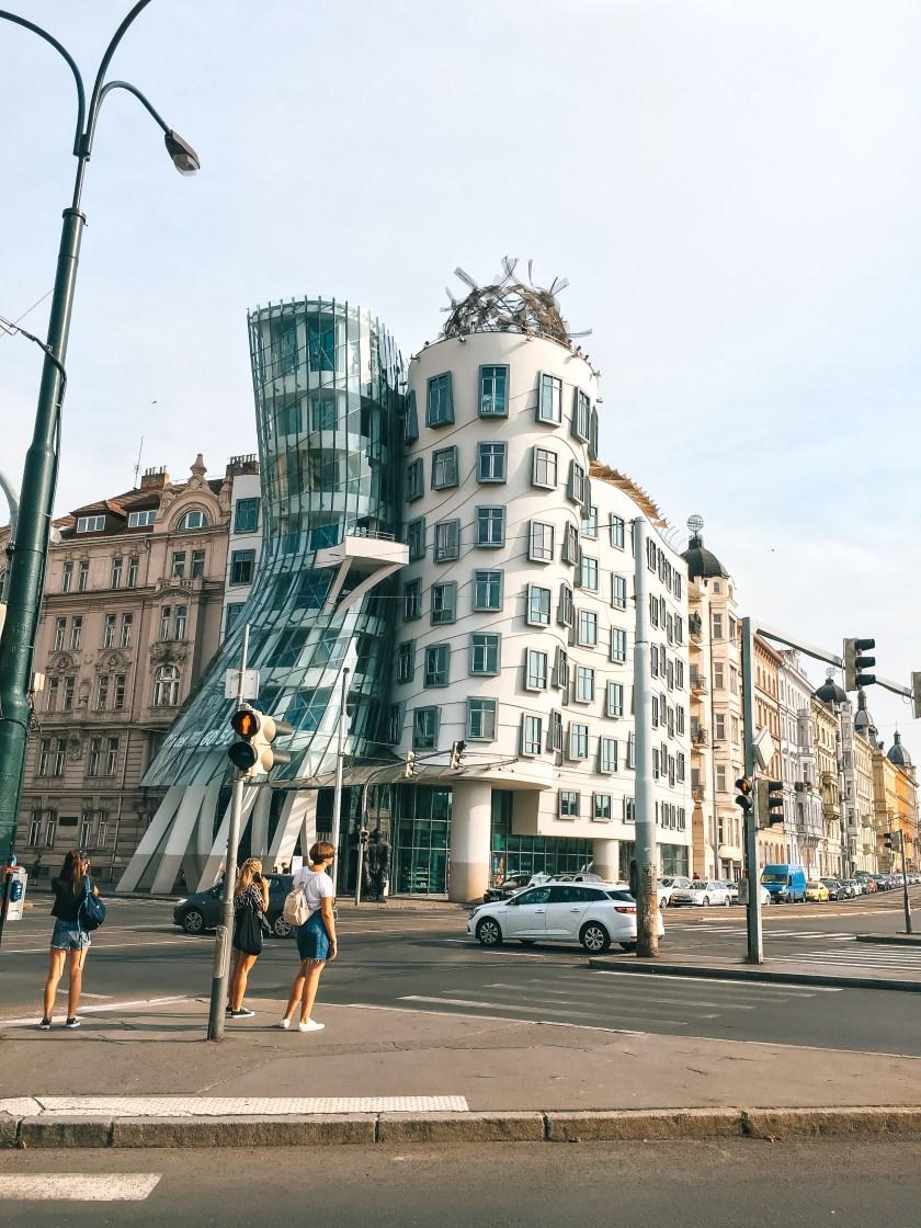 Binanın önünde Duran Insan Grubu