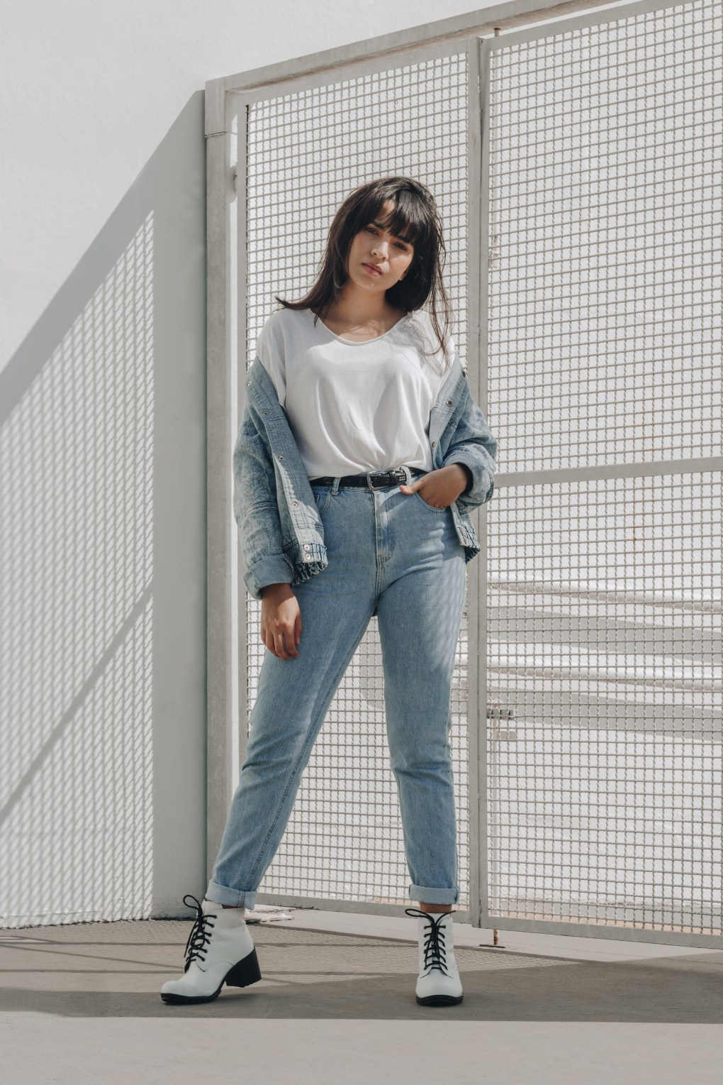 girl in mom jeans