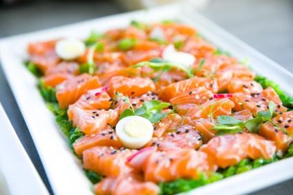 Salmone Con Verdure E Uova Di Quaglia Sul Tavolo Del Banchetto